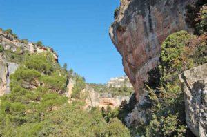 Один из самых больших и живописных скалолазных районов Испании – SIURANA. Справа легендарная трасса «La Rambla direct» 9А+.