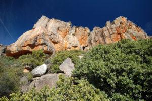 На верху есть боулдеринговые камни и пещера, здесь можно полазить длинные трассы со страховкой.