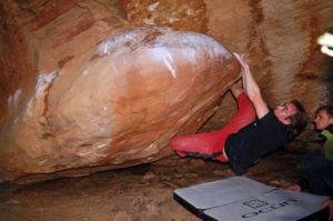 Гигантское скальное яйцо, выступающее прямо из стены одной из пещер - знаменитая 7В «Еgg-files».