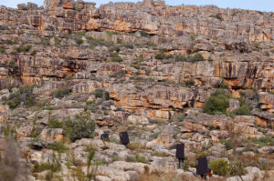 Команда пробирается через каменный лабиринт в поисках новых скальных районов.