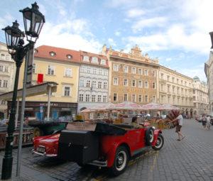 """За """"особые бабки"""" желающие могут осмотреть Прагу на специально под это оборудованных авто."""