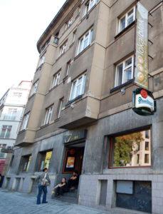 """В Праге мы нашли такое местечко """"Lokalblok"""", где собираются скалолазы: сначала полазить, а потом оттянуться в баре."""