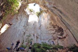 """Уникальный чудо-грот""""Grotta dell'Edera"""" в скальном массиве """"Case Valle""""."""