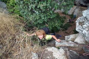 Можно выбираться по скалам прямо вверх в самом невысоком месте скал (выводит прямо к тропе).