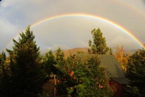 После дождей небо также радует непривычно яркими радугами.