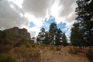 Около скального массива есть специально отведённое под дикий кемпинг место, где можно поставить палатки и откуда удобно штурмовать местные скалы.