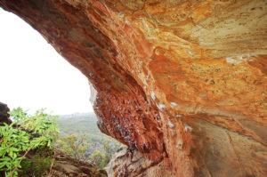 Местная скальная пещера очень живописна.