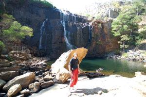 Когда надоест развлекаться и кормить кукабар, можно прогуляться к водопаду.