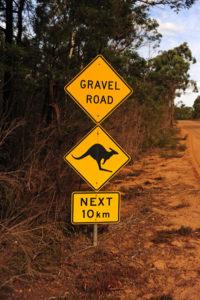 Самый популярный местный знак постоянно призывает быть внимательным на дороге.