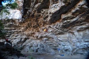 Пещера находится в зарослях кустарников на склоне.
