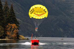 В Queenstown можно забавно полетать над водой.