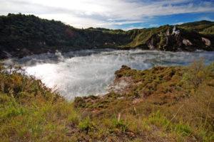 Конечный пункт назначения - озеро Ротомахана,где можно совершить водную экскурсию.