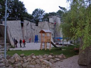 Весь этот скалолазный ансамбль достойно дополнен скальными стенами среднего размера.