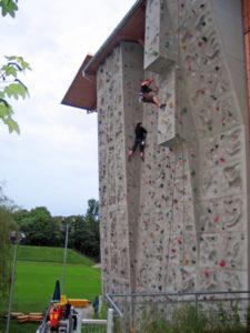 Одна из скалолазных стен снаружи скалолазного центра.