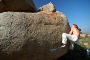 """Очень интересная лазательная проблема (7В) на камне """"Crystal ball""""."""