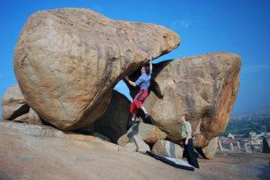 """А вот это уже интересная лазательная проблема - """"Show boulder"""" 7А (старт сидя)."""