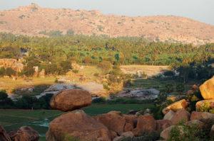 """По дороге есть очень приметный """"камень на камне"""" и с """"Cosmic Cave"""" хорошо просматривается сектор """"Baba Cafe"""" за рекой."""