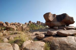 Почти сразу попадаете на ещё одно маленькое плато с несколькими лазательными камнями.