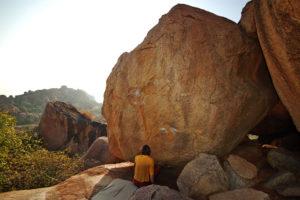 """Камень (трасса №24 по гайду - """"Small boulder"""". В гайде он заявлен, как 7В при старте сидя. Его реальная категория по общему мнению не более 6С+/7А)."""