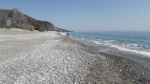 Местный пляж (по нему можно очень долго гулять).