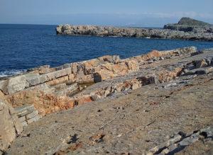 Очень необычен берег с большими плитами, разных причудливых конфигураций. Вышли бы отличные стенки для лазанья.