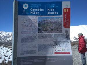 Чудесное плато нас ждет впереди, а вот местные знаки и таблички по доброму изрешечены дробью...