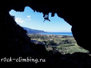 Чтобы успешно лазить на скалах, стоит попотеть на скалодроме...