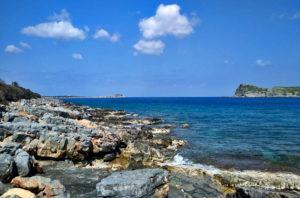 Полуостров восхитителен! Для желающих - прогулка либо по тропе, либо по забавным валунам побережья.
