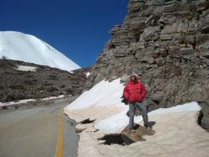 Дорога местами под снегом, не всем удается проехать до конечного паркинга. Мы гуляем пешком...