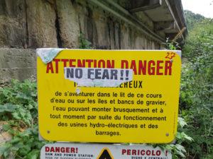 На спуске предупредительная надпись, переиначенная скалолазами по своему.