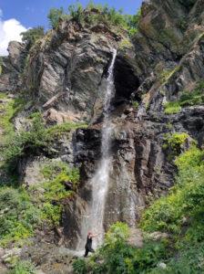 Баритовый водопад. Мощная водная струя срывается с 30-метровой резной скалы.
